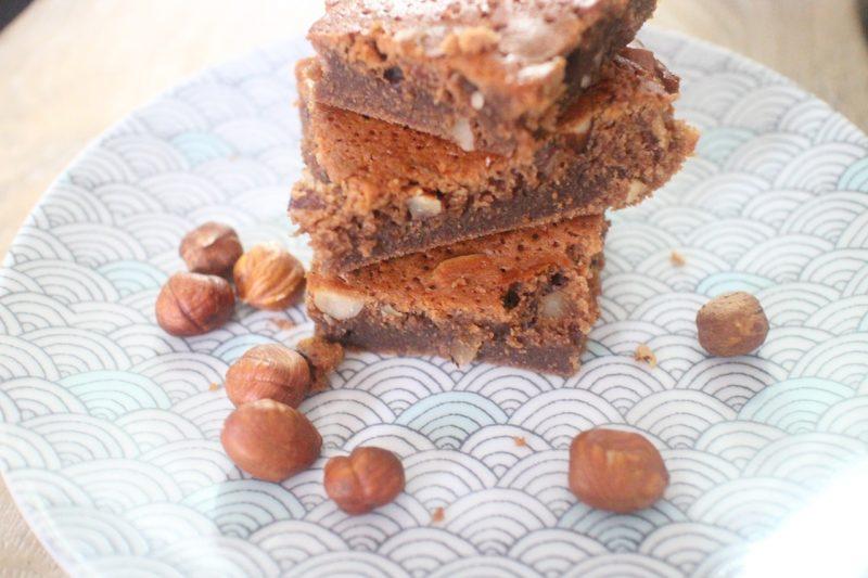 brownies au chocolat au lait et noisettes un ventre sur. Black Bedroom Furniture Sets. Home Design Ideas